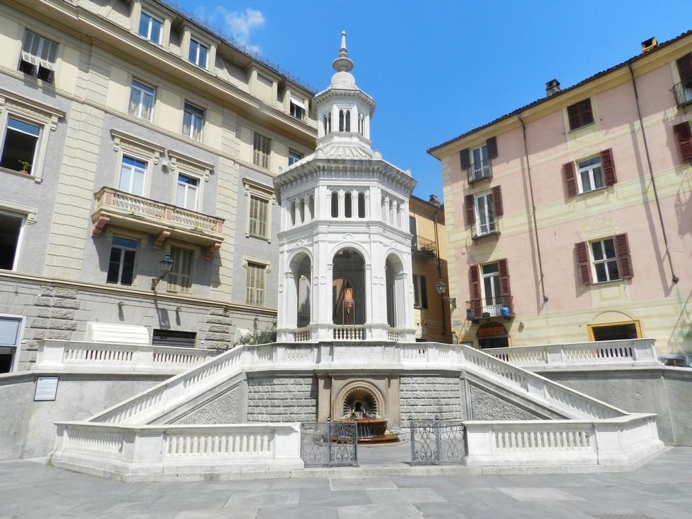Piazza Bollente, centro storico di Acqui Terme